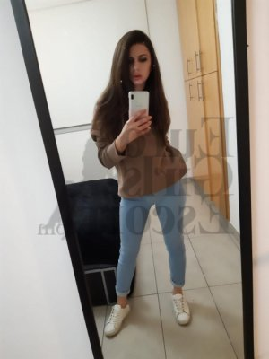Oumaya escort girl